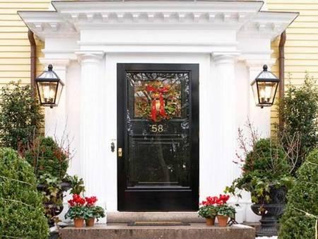 Puerta con decoración de navidad