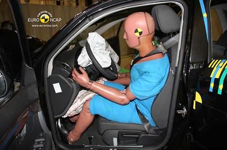 En la imagen se aprecia perfectamente que el montante del parabrisas del Seat Exeo se ha doblado en la colisión frontal de EuroNCAP