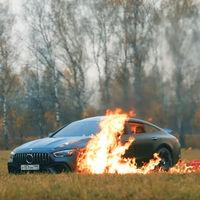Harto de su Mercedes-AMG GT 63 S, este youtuber le prende fuego en vídeo... y se come unas salchichas mientras arde