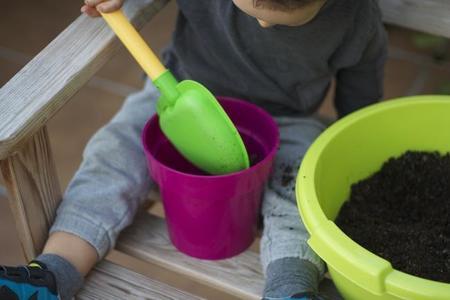 niño plantando