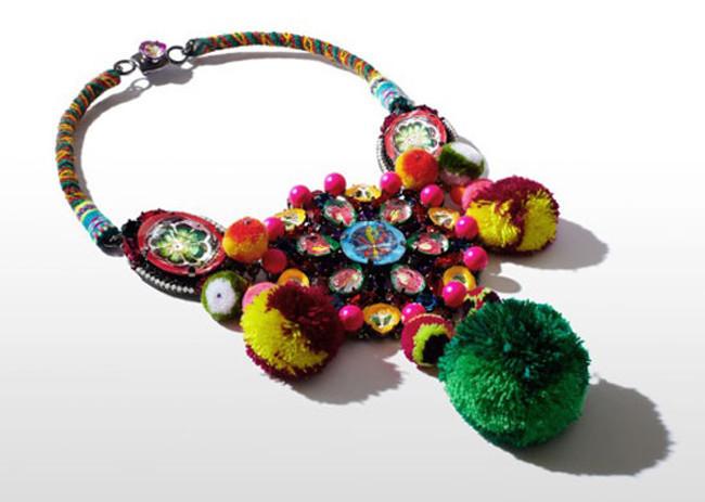 Collar benéfico diseñado por Mario Testino