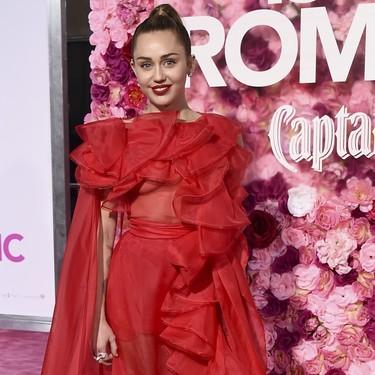 Miley Cyrus y Priyanka Chopra se convierten en princesas de cuento en este photocall