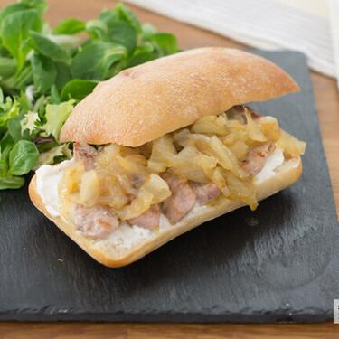 Bocadillo de secreto con queso crema y cebolla caramelizada, receta fácil y rápida