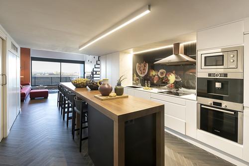 Grandes ideas decorativas para viviendas estrechas con techos muy elevados