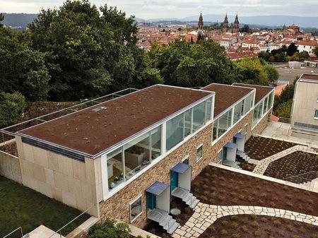 Puertas abiertas: una casa integrada en el entorno en Santiago de Compostela