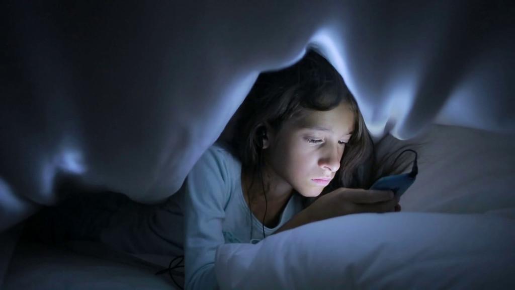 La clase alta está escondiendo las pantallas a sus hijos: móvil y tablet son la nueva comida basura