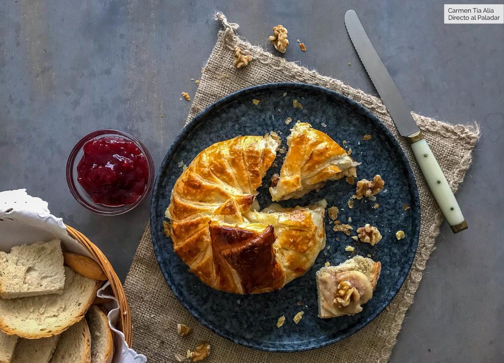 Receta de hojaldre relleno de queso Camembert, recuperando el clásico aperitivo
