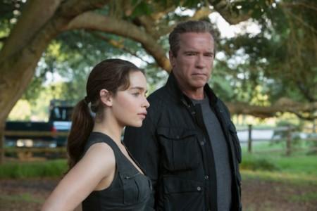 Emilia Clarke y Arnold Schwarzenegger en