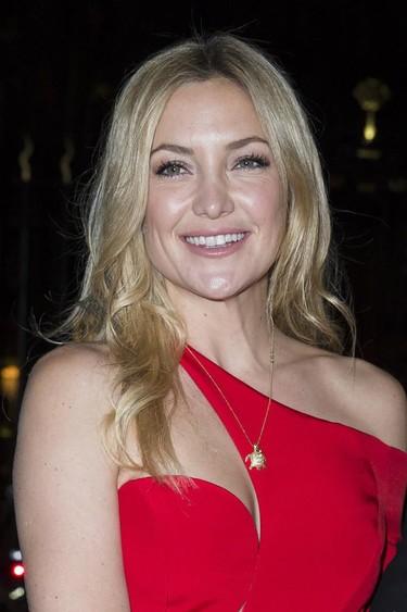 La mujer de rojo en París se llama Kate y se apellida Hudson