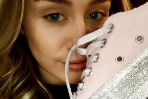 """Miley Cyrus pone la nota """"Hannah Montana"""" en Converse con una colaboración llena de purpurina"""
