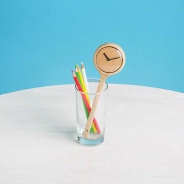 ¿Es una cuchara? No, es un original reloj que se coloca en un vaso