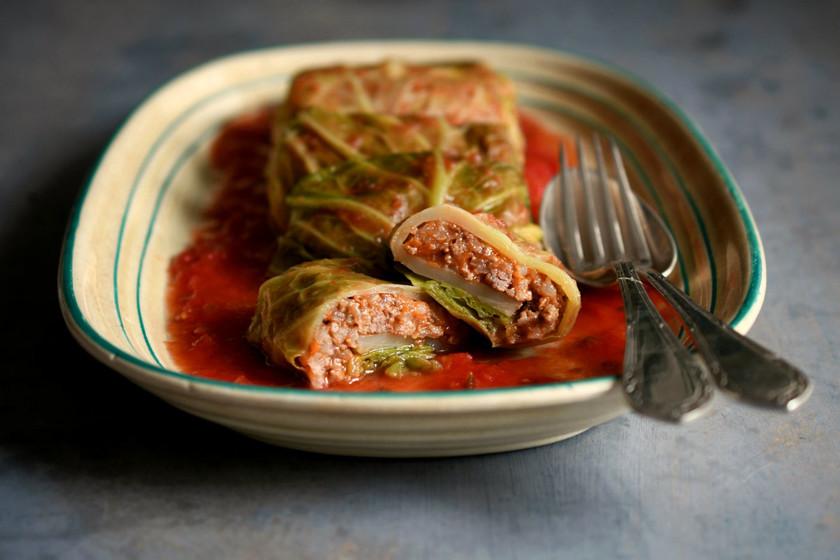 Sarmale o rollitos de carne con hojas de repollo, la receta rumana de celebración por antonomasia