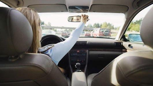 Según un estudio británico, las mujeres aparcan mejor el coche que los hombres