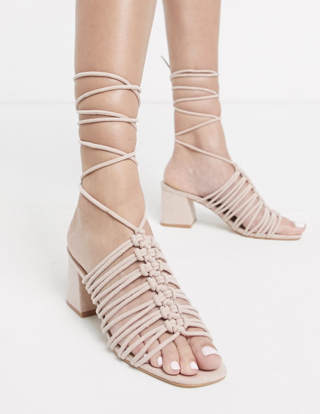 Sandalias de tacón cuadrado con diseño anudado al tobillo en rosa rubor Bali de Public Desire