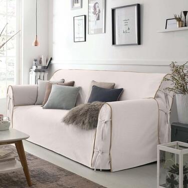 Siete fundas de sofá fresquitas para adaptar el salón al verano sin renunciar a una decoración de primera
