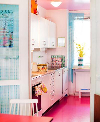 Una pequeña cocina llena de color