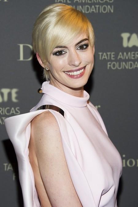 Anne Hathaway, definitivamente, se pasa al rubio platino