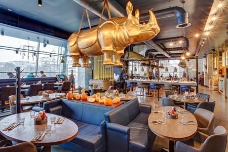 Burger & Pizzetta desde Moscú muestra su elegante decoración presidida por un rinoceronte colgante de tres metros