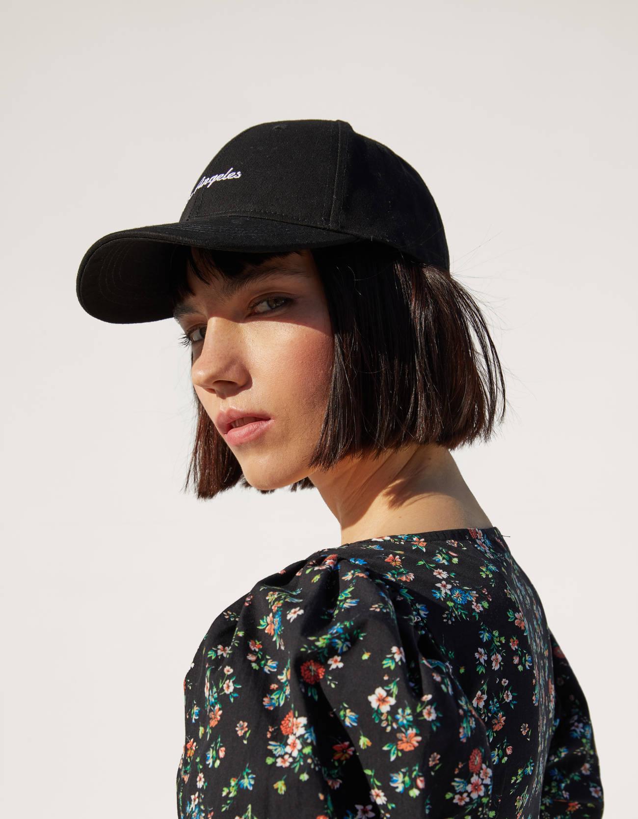 Gorra negra con bordado 'Los Ángeles'