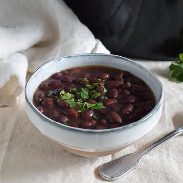 Alubias negras en olla de cocción lenta: la forma más fácil de cocinar esta legumbre (y aprovecharla en muchas recetas)