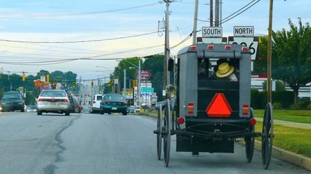 Los amish pasan de regular su transporte a caballo: nada de espejos retrovisores ni cinturones en los carros