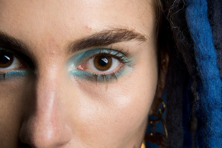 maquillaje eyeliner azul