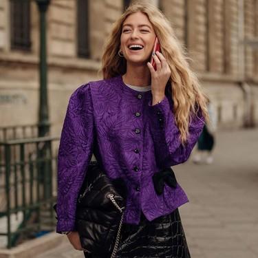 El street style así lo afirma: el morado es el color rey esta temporada (y estas nueve prendas de las rebajas te ayudan a seguir la tendencia)
