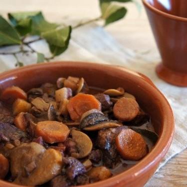 Receta de boeuf bourguignon cocinado a fuego lento: el legendario guiso de la cocina francesa