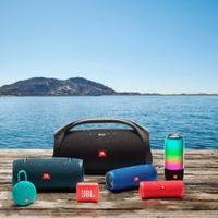 JBL actualiza su gama de auriculares de cara al verano con modelos para usarlos sin miedo al agua