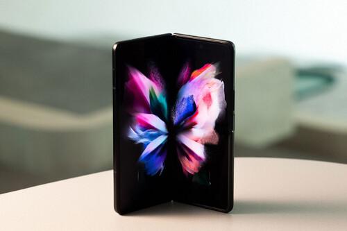 Samsung Galaxy Z Fold3 5G: la cámara bajo la pantalla se estrena en Samsung con un plegable armado hasta los topes