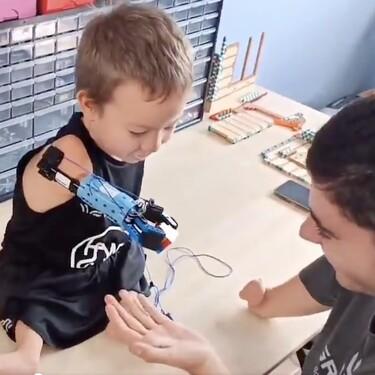 Beknur de ocho años ya tiene una prótesis de brazo articulada realizada con piezas de Lego por un joven con discapacidad