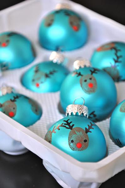 Decorando la Navidad: renos pintados por los niños en las bolas del árbol