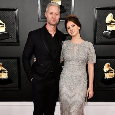 Glitter a tope y acento retro estilo años veinte, la apuesta de Lana del Rey en los Premios Grammy 2020