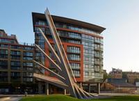 El puente peatonal de Londres que se abre y se cierra como un abanico gigante