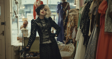 Los mejores vestidos y looks de Emma Stone en 'Cruella': un viaje estético por la historia del punk