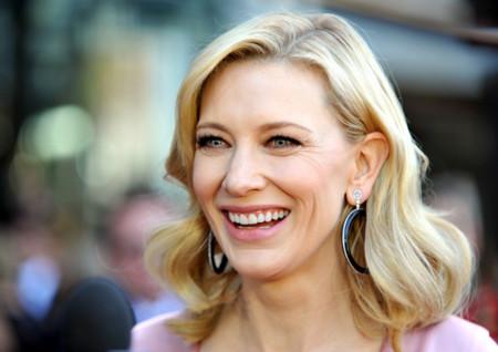 Cate Blanchett sonríe hasta con los looks más complicados (aunque sean de McQueen)