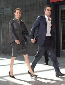 Traje con o sin corbata: Robert Pattinson contra Brad Pitt