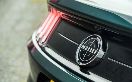 Ford Mustang Bullitt trasera logo luz