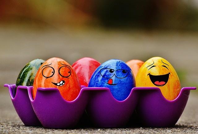 Huevos de colores sonriendo.