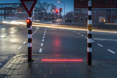La ciudad con semáforos a prueba de peatones distraídos mirando el móvil