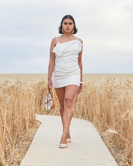 Jacquemus respeta la distancia social en su desfile Primavera-Verano 2021 celebrado en un (espectacular) campo de trigo