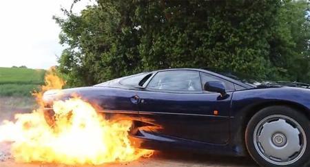 Jaguar XJ220 prende fuego a sus llantas