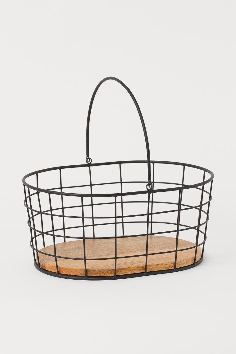 Cesta de almacenaje de metal con base de madera de mango y asa. Alto 12 cm. Largo aprox. 28 cm. Ancho aprox. 21,5 cm.
