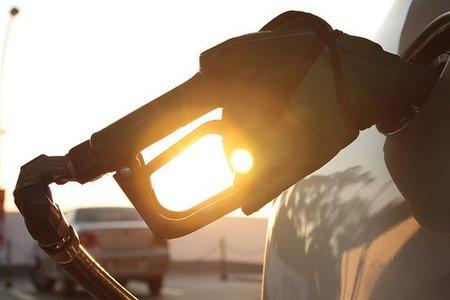 Llenar el depósito del coche estas vacaciones cuesta de media 10 euros más que el año pasado