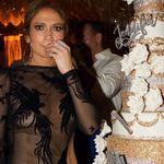 """Jennifer Lopez celebra su 48 cumpleaños con un """"no look"""" transparente que no deja nada a la imaginación"""