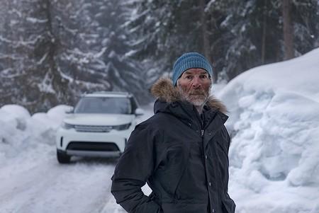 Land Rover dibuja un Defender en la nieve de los Alpes para celebrar el 70 aniversario del modelo