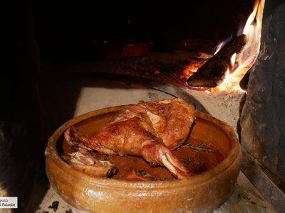Las claves para hacer un cordero asado en horno de leña a la perfección