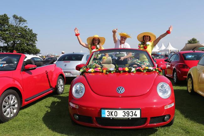 Una plaga de 200 escarabajos se reunió en Wolfsburg para celebrar 20 años de la era moderna del Volkswagen Beetle