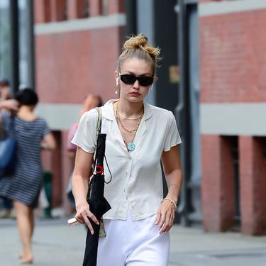 Gigi Hadid hace estilosa la combinación que parecía imposible: chándal y camisa nunca quedaron tan bien