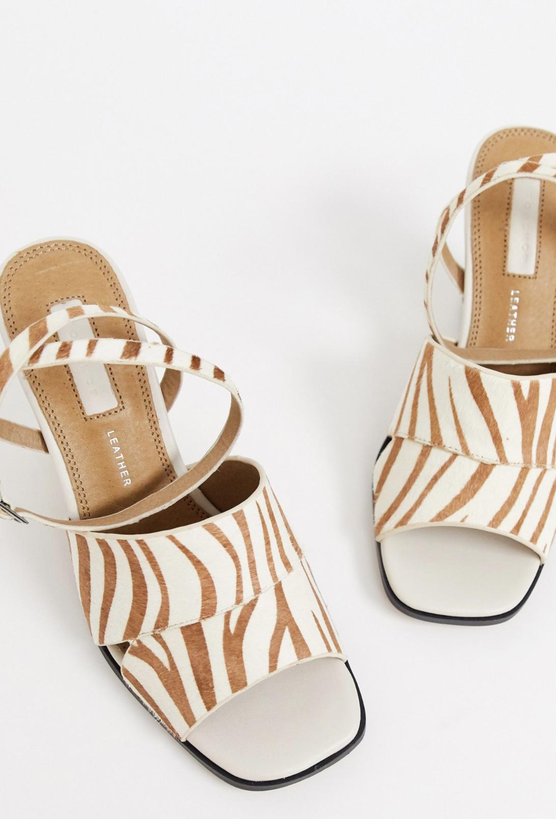 Sandalias de tacón con tira al tobillo y estampado animal de Topshop